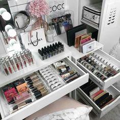 # makeup organization Makeup Kit Images and Pictures Makeup Room Decor, Makeup Rooms, Makeup Kit Images, Make-up Box, Rangement Makeup, Professional Makeup Kit, Diy Makeup Vanity, Makeup Vanity Tables, Hand Makeup