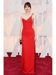 The Fifty Shades of Grey star, Dakota Johnson walked on the Oscars 2015 red carpet in a fire red dress from Saint Laurent! Beauty And Fashion, Look Fashion, Vogue Fashion, Paris Fashion, Street Fashion, Fashion News, Celebrity Red Carpet, Celebrity Style, Celebrity Dresses