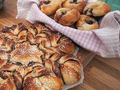 Äpple- och kanelkrans, toscabullar med pecannötter, blåbärs- och vaniljbullar (kock Ulrika Lind)