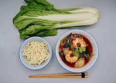 Wok de crevettes, pak choï et nouilles Pak Choï, Menu, Cabbage, Vegetables, Food, Noodles, Cilantro, Thai Shrimp, Menu Board Design