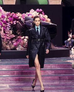 Gigi Hadid walking for Versace S/S 2020 men's show. Gigi Hadid Runway, Gigi Hadid Gif, Gigi Hadid Style, Gigi Hadid Video, Couture Fashion, Runway Fashion, Fashion Show, Fashion Design, V Video