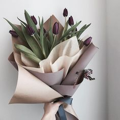 I N S T A G R A M @EmilyMohsie I like this simple wrapping of tulips