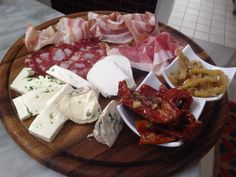 Il tagliere di salumi e formaggi locali. Food Platters, Charcuterie Board, Appetisers, Antipasto, Finger Foods, Camembert Cheese, Food And Drink, Dairy, Lunches