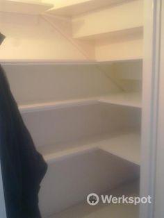 Planken in een trapkast. Verlenging van een bestaande keuken. Kast en achterwand uitvoeren. Plint en werkblad verlengen.