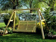 balancelle de jardin près d'une balustrade en pierre naturelle