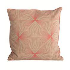 Cool cyber pudebetræk fra House Doctor med neon mønster på sandfarvet bund. Puden passer specielt godt i en brunlig/sandfarvet sofa og får den grafiske, stramme stil ind i din bolig.  Puden leveres uden fyld, men er lavet i standard mål, hvilket gør det nemt at finde en inderpude, som passer til.  • Mål: 40x40 cm • Materiale: 95% bomuld/5% polyester • Vaskeanvisning: Vaskes med vrangsiden ud, 30 grader, stryg ved middel varme, lav tumbling. Tåler ikke rens.