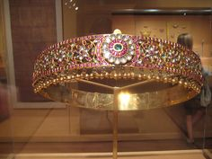 http://ishwaryaa22.hubpages.com/hub/Mughal-Jewelry-Royal-and-antique-jewelry-of-North-India