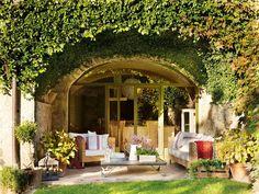 """Naturalmente resguardado  """"Cuando la vi, la imaginé. Quería una casa abierta al jardín con hiedra trepando por los arcos..."""", así recuerda e..."""