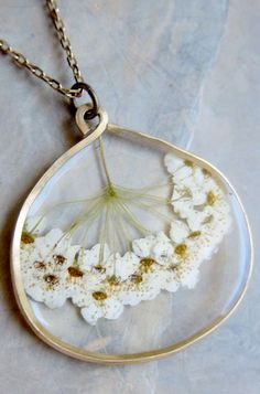 Tutorial by Mandipidy (with step by step photos) DIY PRESSED FLOWER PENDANT - Recherche Google
