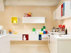 METOD kök med VEDDINGE luckor och lådfronter. TUTEMO väggskåp.