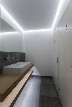 Ledverlichting in verdekte koof rond plafond, en onder wastafelbladen. Kleur 4500 Kelvin