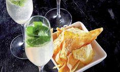Champagnemojitoen er en perlende og let udgave af den klassiske mojito. Juice Drinks, Cocktail Drinks, Cocktails, Bartender, Daiquiri, Love Food, Tapas, Smoothies, Beverages