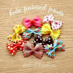 Have you ever thought of painting pasta? There are so many ways, and they are a great embellishment for a lot of craft projects!(in Spanish and English)