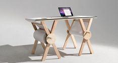 mesa de diseño con papel continuo...  se le podría añadir que las manivelas se plieguen hacia adentro o se hundan en la superficie circular, de forma que se puedan extraer cuando sea necesario