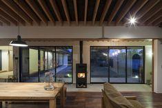 時間の移ろい: 根來宏典建築研究所が手掛けたリビングです。 Wood Burning Furnace, Outdoor Wood Furnace, Architecture Courtyard, Heating Systems, Ceiling Design, Vintage Wood, Dining Room, Windows, Interior