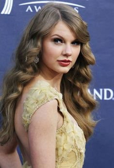 Tay looks so beautiful here. I love the vintage vibe to it all! Taylor Swift Curls, Taylor Swift Music, Taylor Swift Quotes, Taylor Swift Style, Taylor Swift Pictures, Taylor Alison Swift, Famous Celebrities, Celebs, Beautiful Young Lady
