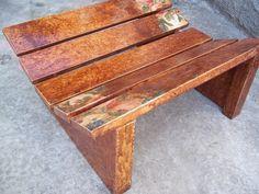 Paletes, estrados de madeira usados para transporte de cargas, são usados como matéria prima para a criação de banquetas.