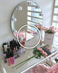 Penteadeira com espelho: 60 ideias para o cantinho da beleza Beauty Room Decor, Makeup Room Decor, Room Ideas Bedroom, Bedroom Decor, Glam Room, Cute Room Decor, Stylish Bedroom, Vanity Decor, Aesthetic Room Decor