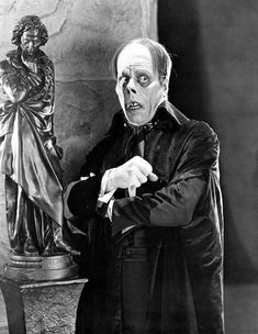 "Lon Chaney as Erik/The Phantom in ""The Phantom of the Opera"" 1925 Silent Film. The horror! Horror Vintage, Retro Horror, Horror Icons, Horror Art, Scary Movies, Old Movies, Plane Movies, Laurent Durieux, Dark Romance"