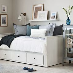 A bright guest room with a HEMNES day bed that… - Bedroom bright daybed HEMNES lumineuxA bright guest room with a HEMNES day bed that . - Bedroom bright daybed HEMNES lumineuxHow to style a Guest Bedroom Office, Ikea Bedroom, Guest Bedrooms, Bedroom Decor, Small Bedrooms, Master Bedroom, Spare Bedroom Ideas, Spare Room Office, Bedroom 2018