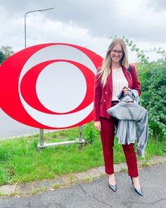 """Wusstest du, dass unsere Gründerin @katja.schuh vor 3 Wochen im ORF-Studio zu Gast war und über V-SUIT, Frauen-Karrieren und #femaleempowerment gesprochen hat? Du hast heute Nachmittag die Möglichkeit die ganze Folge der """"Barbara Karlich Show"""" zum Thema """"Wir sind die neuen Powerfrauen"""" live anzusehen! 🤩 #cantbelieve it! Wir sind im österreichweiten Fernsehen 😍😎 . . Dazu klicke einfach auf den Link in unserer Bio ➔ um 16 UHR gehts LOS!! Wir sind gespannt, was du zu den anderen Powerfrauen… Studio, Live, Instagram, View Tv, Career, Shoemaking, Knowledge, Studios"""