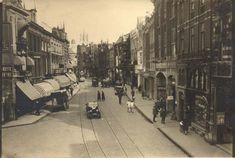 Lange Burchtstraat in de jaren '30. Op de achtergrond de stadsschouwburg aan de Oude Stadsgracht (met klokkentorentje).