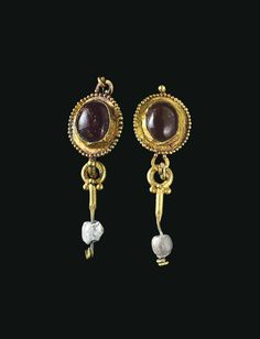 A PAIR OF ROMAN GOLD EARRINGS -  CIRCA 1ST CENTURY A.D.