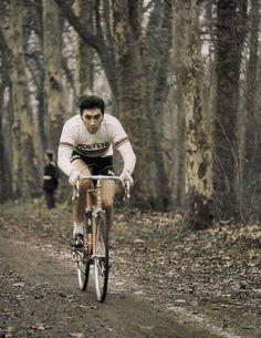 Siamo nel luglio del 1969. Eddy Merckx sta letteralmente ridicolizzando la creme de la creme del ciclismo mondiale sulle strade del Tour de France. Christian Raymond, corridore francese della Peuge…