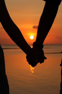 Do you think holding hands is romantic? Hand Photography, Silhouette Photography, Couple Photography Poses, Wallpaper Casais, Sunset Wallpaper, Silhouette Couple, Mains Couple, Hand Fotografie, Couple Shadow