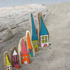 Beach craft, summer cottages painted on driftwood, for garden decoration