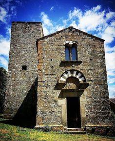 San Giusto al Pinone, Carmignano, Prato. Probabilmente risalente alla metà del XII secolo, è uno degli edifici di culto più suggestivi della zona. La chiesa  mostra un'interessante struttura romanica, con influssi dell'architettura monastica cluniacense o comunque francesi.