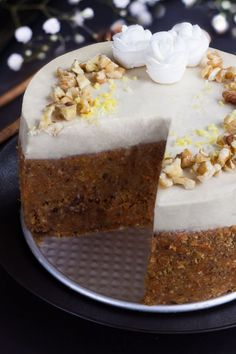 raw carrot cake is amazingly similar in taste and texture to the baked version of carrot cake. It's also healthy and easy to make. Raw Vegan Desserts, Raw Vegan Recipes, Vegan Treats, Healthy Recipes, Vegan Raw, Health Desserts, Vegan Life, Muesli, Sin Gluten