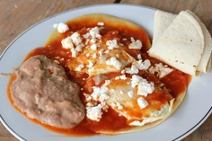 Huevos rancheros is a flavorful Mexican breakfast dish that consists of fresh corn tortillas, eggs, tomato sauce, refried beans and Mexican white cheese. Mexican Breakfast Recipes, Mexican Dishes, Mexican Food Recipes, Huevos Rancheros, Breakfast Desayunos, Breakfast Dishes, Mexican White Cheese, Hispanic Dishes, Frijoles Refritos