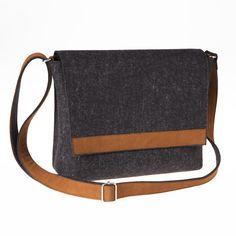 Messenger Bag by @anonimamente, creata appositamente per uomini alla ricerca di una borsa di moda. Funzionale e perfetta per la vita urbana.  Price: 99€