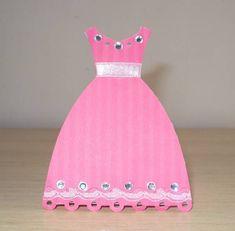 Caixa Vestido Princesa Deixe a festa da sua princesa ainda mais charmosa... Ideal para ser usado como lembrancinha ou enfeite de mesa. Decorada com strass, cetim, renda e aplique de florzinha.  Pode ser feito em outras cores. R$ 5,00