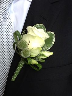 A very well dressed standard rose boutonniere. Corsage And Boutonniere, Groom Boutonniere, Boutonnieres, Flower Corsage, Wrist Corsage, Prom Flowers, Bridal Flowers, Boutonnière Rose, Button Holes Wedding