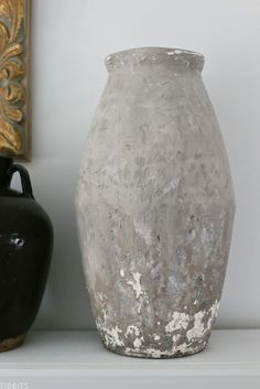 Joint compound takes the center stage to turn this vase from looking brand new to century's old, with a unique old chippy plaster texture. Old Pottery, Vintage Pottery, Pottery Barn, Plaster Texture, Diy Plaster, Diy Spray Paint, Diy Porch, Old World Style, Look Vintage