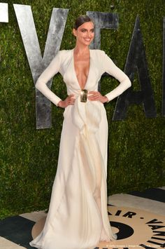 Model Irina Shayk arrives at the 2013 Vanity Fair Oscar Party hosted by Graydon Carter at Sunset Tower on February 24 2013 in West Hollywood. Ivory Dresses, Red Carpet Dresses, Formal Dresses, Irina Shayk 2016, Irina Sheyk, Irina Shayk Style, Graydon Carter, Vanity Fair Oscar Party, Host A Party