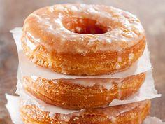 Zum Frühstück Donuts oder Croissants? Für Unentschlossene gibt es jetzt eine ganz einfache Lösung: Cronuts! Wir haben für Sie ein Cronut-Rezept, das mit dem Original der New Yorker locker mithalten kann.