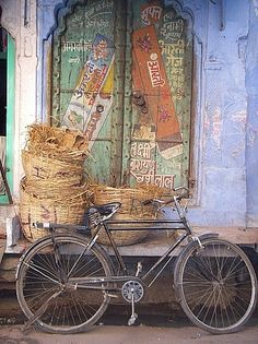 love the patina on the walls...baskets...old bicycle