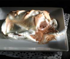 Glace mit Ingwerhaube. Der Clou: die #Glace wird mit geschlagenem Eiweiss bestrichen und kurz im Ofen gratiniert! #Rezept #Dessert