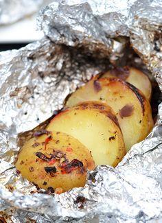 Deze kruidige aardappelen in aluminiumfolie zijn perfect klaar te maken op de barbecue en vormen hierdoor een heerlijk bijgerecht.