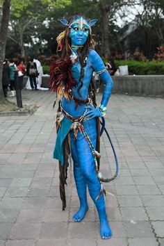 """by James Cameron's sci-fi epic, """"Avatar"""" has been considered a phenomenon. Although no official """"Avatar"""" costumes have b. Avatar Cosplay, Avatar Costumes, Costumes Sexy Halloween, Halloween Cosplay, Cool Costumes, Halloween Makeup, Amazing Cosplay, Best Cosplay, Cosplay Dress"""