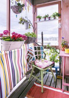 Tee parvekkeestasi iloinen kesäkeidas värikkäillä tekstiileillä, kalusteilla, kukilla ja koriste-esineillä. Katso Unelmien Talo&Kodin…