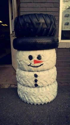 Do you happen to have a heap of old tires in your yard? Here's one creative upcycling idea you can do instead of just piling them in one corner! Christmas Yard, Christmas Projects, Simple Christmas, Christmas Holidays, Christmas Ornaments, Tire Craft, Tyres Recycle, Reuse Recycle, Recycled Tires