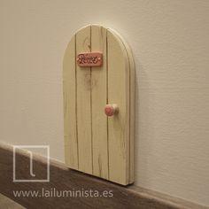 Puerta del ratón Pérez. Se puede abrir y tiene una cueva dibujada en su interior. Toda una puerta a la fantasía...