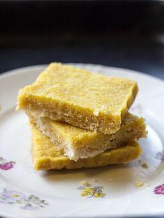Nämä sitruunapalat taisivat olla menneen pääsiäisen hitti. Bongasin tämän reseptin pääsiäisen tienoilla useammastakin eri paikasta. Hesarista, Paleokeittiöstä ja Pinterestistä. Ja olihan se kokeiltava itsekkin. Etenkin kun raaka-aineet ovat suht simppelit, valmiiksi kotoa löytyvät. Eikä resepti turhaan ole saavuttanut suosiota. Sitruuna palat maisuivat rehellisesti sitruunalle, ovat aidosti makeita, ja koostumus on suussa sulava. Voin siis lämpimästi …