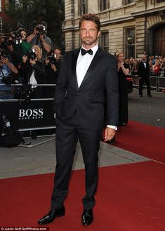 la moda uomo: GERARD BUTLER DA GQ IN SMOKING HUGO BOSS!