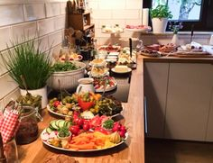 Party Buffet Inspiration {Dinner for the housewarming party - Cooking Tipps - Recipes Buffet Party, Brunch Buffet, Buffet Wedding, Breakfast Party, Brunch Party, Party Finger Foods, Snacks Für Party, Brunch Recipes, Breakfast Recipes