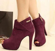 Koyu renk topuklu ayakkabı